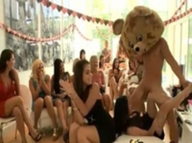 Девушки Проводят Свой Девичник В Окружении Стриптизёра - Смотреть Порно Онлайн
