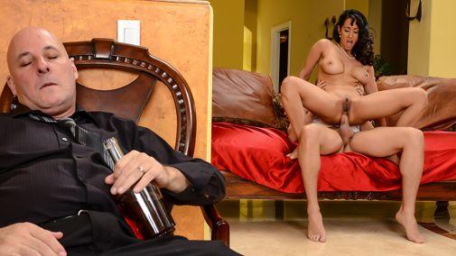 Богатый ухажер вставляет длинный пенис в задницу Lexi Dona