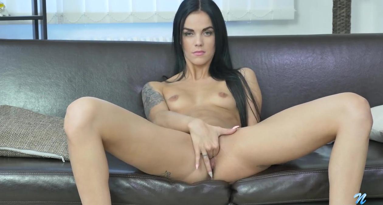 Красивая девушка мастурбирует двумя фаллосами